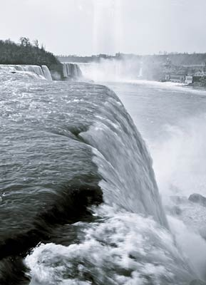 Niagara Falls New York, edge of the American Falls 1900's